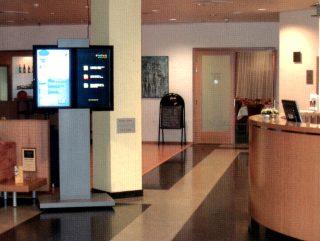 Obrazovky u recepce hotelu