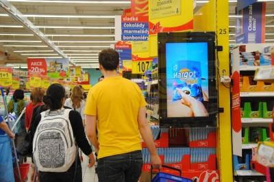 LCD obrazovky POS Media v OC Tesco